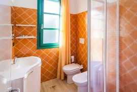 Le Meridiane Farm-holiday centre the orange bathroom